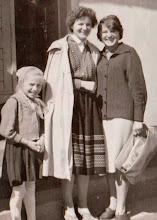 Photo: Przed starą szkołą w Rogoźniku od prawej Maria Czarniak i Genowefa Aksamit.  Zdjęcie udostępnione prze P.Ewe Aksamit.