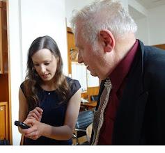Photo: Anton Cupak lässt sich von Staatsopernsängerin Annika Gerhards das Aufnahmegerät erklären. Foto: Peter Skorepa