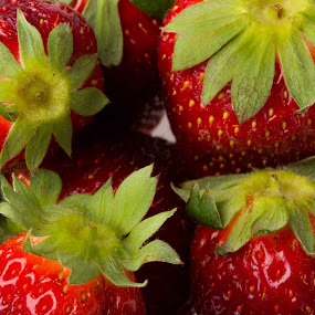 fraise by Olivier Tabary - Food & Drink Fruits & Vegetables ( rouge, fraise, pwcfruit, fruits, déssert, feuille )