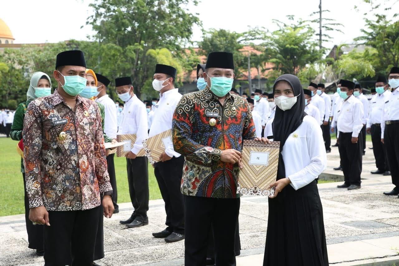 Bupati Sampang Menyerahkan 426 Petikan Keputusan P3K
