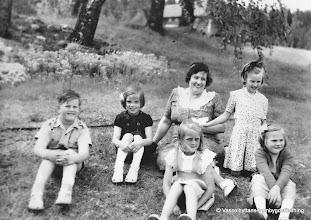 Photo: Skolan 1948, utflykt till Storå hyttbleck. Lärare Linnéa Norén Sven-Åke Martinsson, Maj Britt Hedin, Margaret Jansson framför Linnea, Margret Ahlström knästående, Anita Asp Torpa