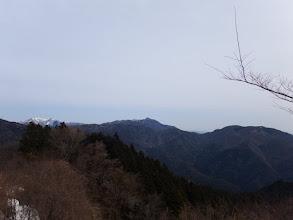 雨乞岳(左)は雪山に(中央に鎌ヶ岳)