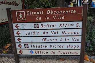 """Photo: BRETANYA 2013. FOUGÈRES (FELGER en bretó ): """"Place Pierre Symon """"i entrada al """" circuit découverte """"."""