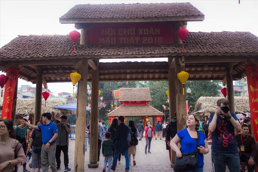 Hội chữ xuân diễn ra tại Hồ Văn -  Văn Miếu
