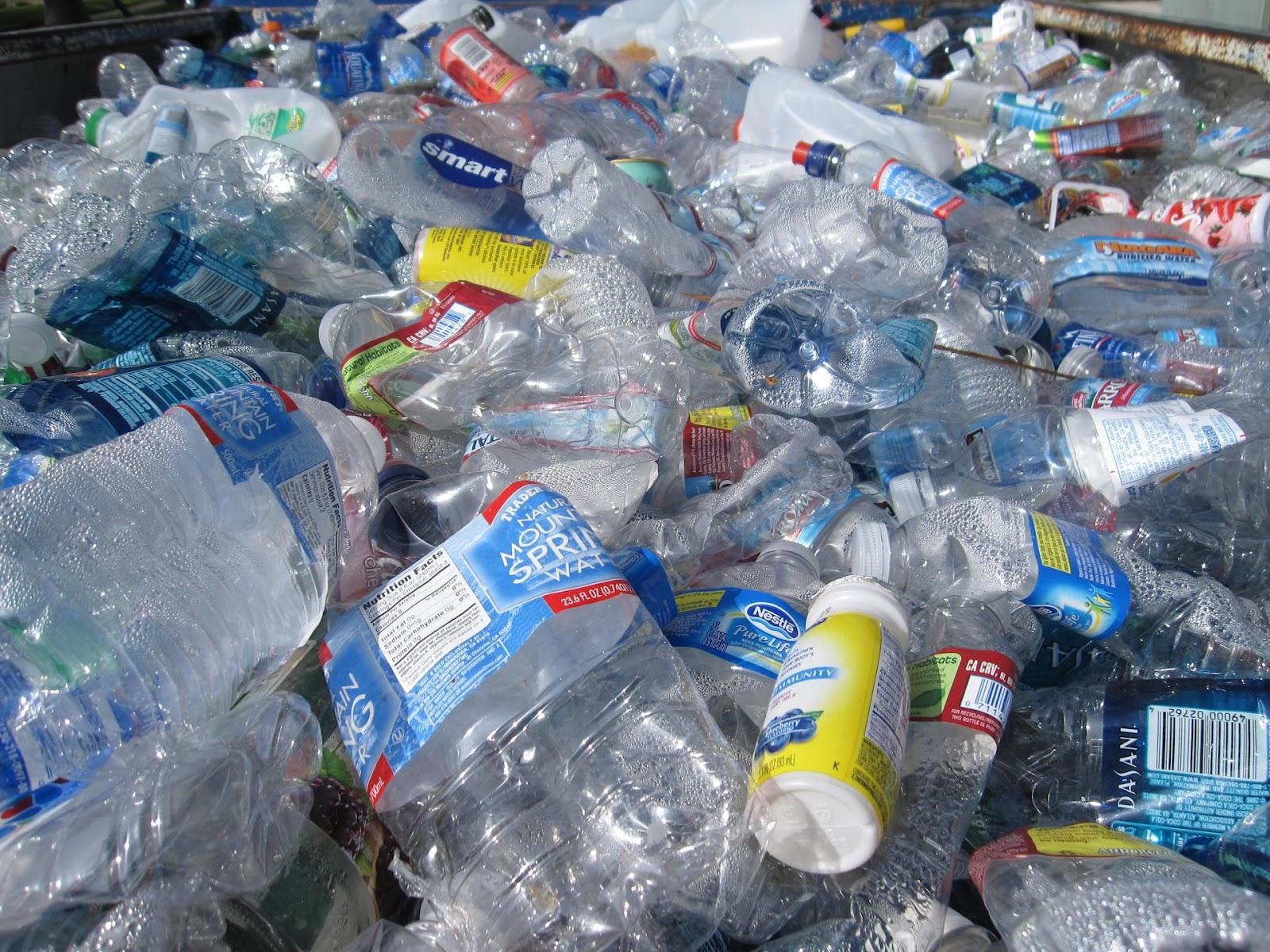 resíduos plásticos acumulados