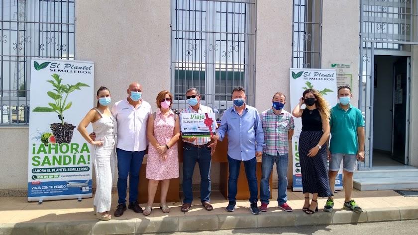 Rafael Nieto y Carmen Glera reciben el premio en Semilleros El Plantel.