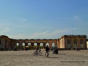 Photo: Le Grand Trianon à Versailles, construite sur demande de Louis XIV -e-guide balade à vélo dans Versailles et son parc par veloiledefrance.com