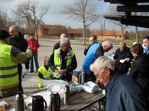 Photo: Samling omkring morgenbord med rundstykker og kaffe