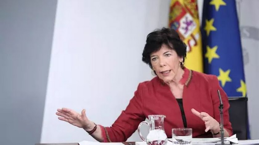 La ministra de Educación, Isabel Celaá, en una rueda de prensa en Moncloa a primeros de marzo.