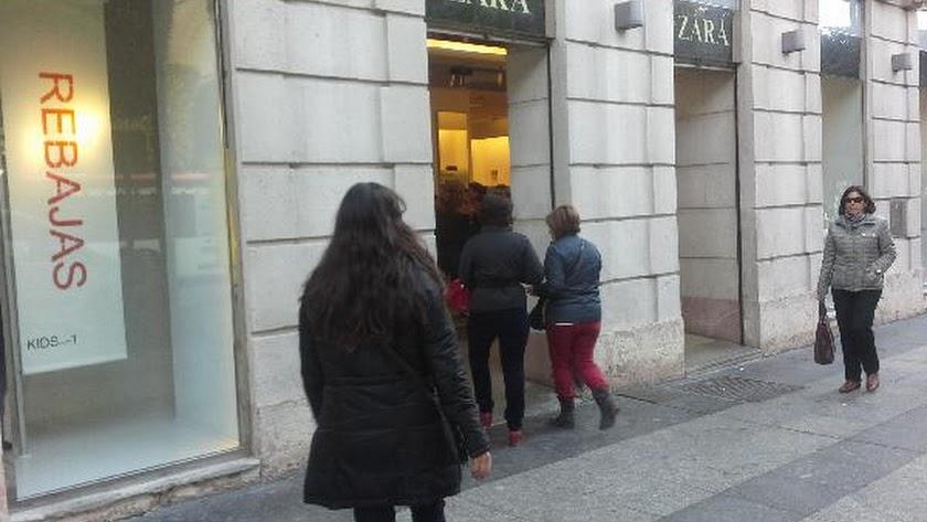 Zara, en el Paseo de Almería, se prepara para cerrar sus puertas.
