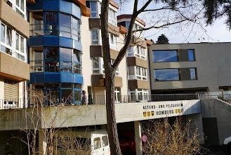 Photo: Gesamtansicht mit dem Neubau rechts.