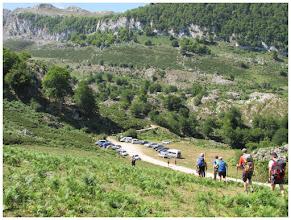Photo: Pan de Carmen (1088 m). Mucho vehículos estacionados en el improvisado aparcamiento.