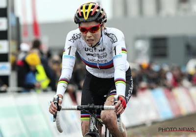 Wereldkampioene Sanne Cant showt haar regenboogtrui in Middelkerke