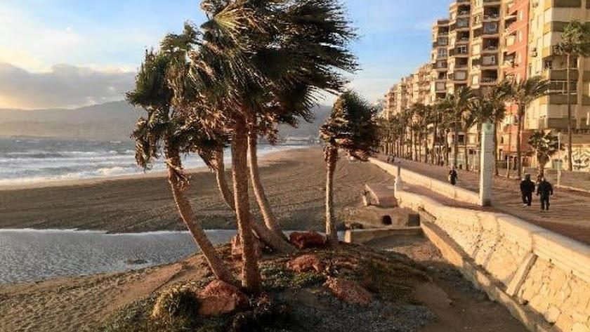 Imagen de archivo de una jornada de viento en Almería capital.