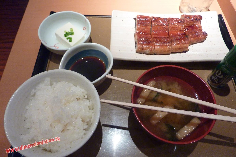 P1070120 Un rico menu de anguila en el  Yayoiken  (Fukuoka) 15-07-2010