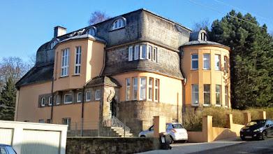Photo: Die Fabrikantenvilla Springmann am ehemaligen Dahliengarten (heute Parkplatz) hat den Zweiten Weltkrieg und die neubauwütige Zeit danach weitgehend unbeschadet überdauert. Sie dient heute - trotz Eingangstreppe - als Seniorenwohnsitz.