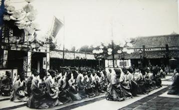 Photo: Các quan quỳ trước sân chầu trong lễ mừng thọ vua Khải Định