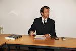 ? Bondsprocureur Wagner toont in hoog opgetrokken trainingsbroek en strakke zonnebril hoe je fit blijft... met een stoel