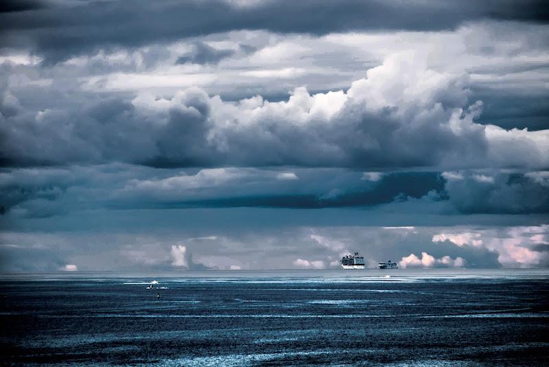 la nave sospesa nel cielo di AZ_photos
