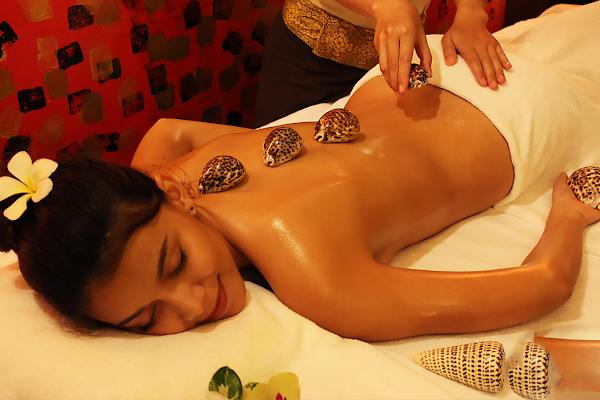 Lava shell treatment with heated clam shells during the full-body massage