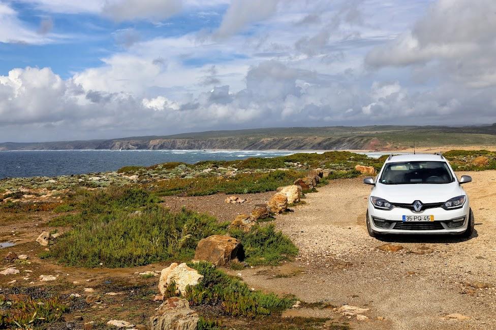 jak wypożyczyć samochód, portugalskie drogi, samochód nad morzem
