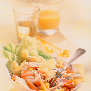 Bunter Nudelsalat mit Gemüse und Oliven