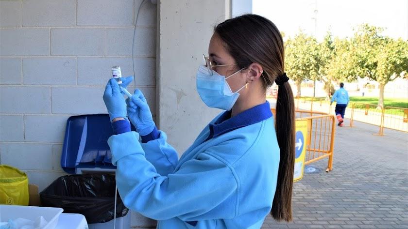 Una sanitaria prepara una dosis de la vacuna de AstraZeneca.