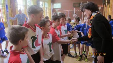 Photo: Medale i puchar chłopcy otrzymali z rąk pani dyrektor Szkoły Podstawowej nr 3 z Obornik Śląskich