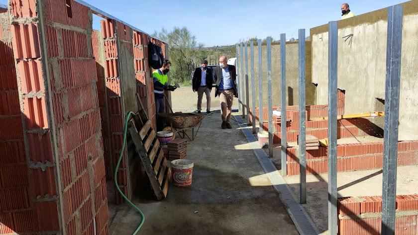 El alcalde huercalense supervisando las obras de ampliación recién comenzadas.