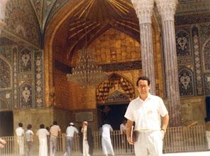 Photo: Amado Moreno, ante la mezquita del Iman Husein, santuario de la fe chiita, en Kerbala (Irak)