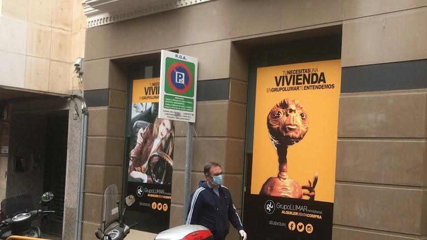 ET El extraterrestre es el icono de una campaña de publicidad inmobiliaria ofreciendo casas, en una oficina de la Plaza de la Virgen del Mar.