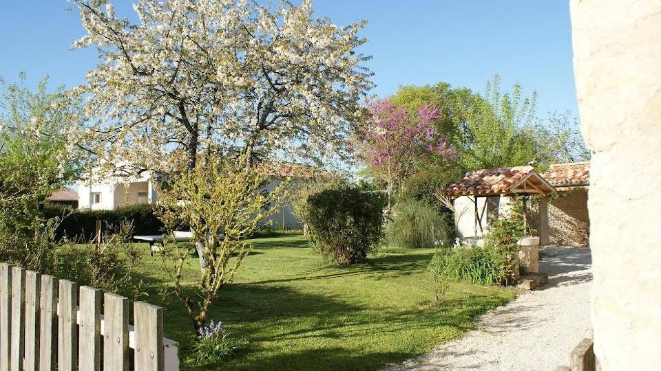La Fermette gîte 3 étoiles à Surgères près de La Rochelle un jardin accessible par deux portillons