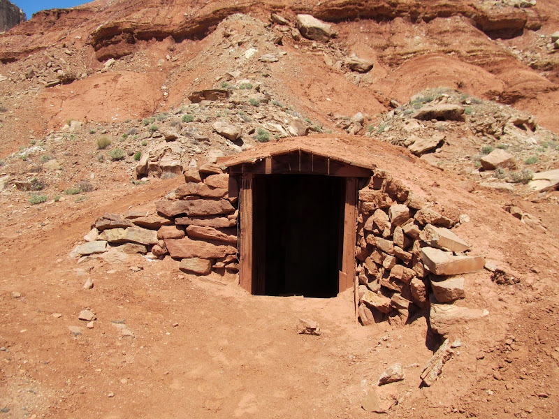 Photo: Mine building at Tomsich Butte