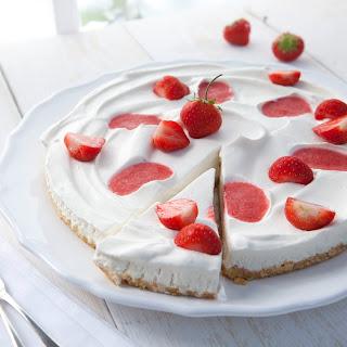 Eistorte mit Erdbeeren