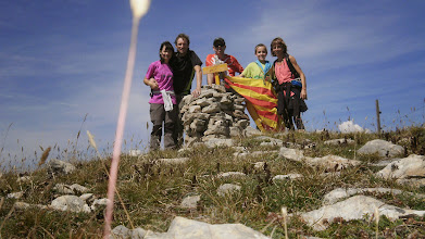Photo: Guim Comellas (LL/D) i família al Roc dels Llamps (2.049m), serra del Montgrony.