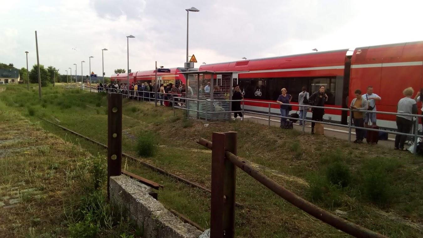 Ratlosigkeit am Bahnhof Tantow. Gleich ZWEI Triebfahrzeuge der DB REGIO AG waren plötzlich kaputt...?! (Leserfoto)