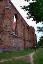 """Photo: """" Zdjęcie prezentuje kościół św Szczepana zbudowany na przełomie XIII i XIV wieku, zniszczony w 1945 roku, pozostawiony w formie trwałej ruiny,część nawy i prezbiterium wykorzystywane są przez parafię ewangelicką. Kościół ten znajduje się w centrum miasteczka Gartz, tuż za granicą polsko-niemiecką. """" - Wojtek"""