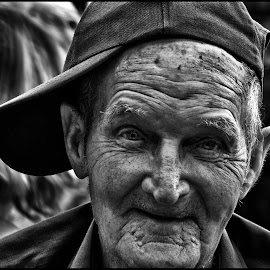 Goed gemutst  by Etienne Chalmet - Black & White Portraits & People ( black and white, street, people, man, portrait )