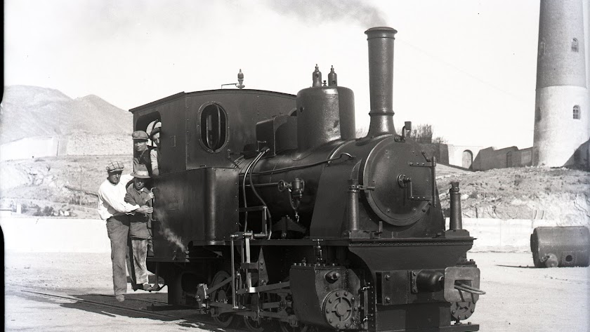 Locomotora en el Puerto de Adra junto a la Torre de los Perdigones.