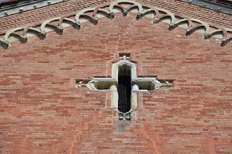 Photo: Finestra a croce decorata con quattro gigli di Francia