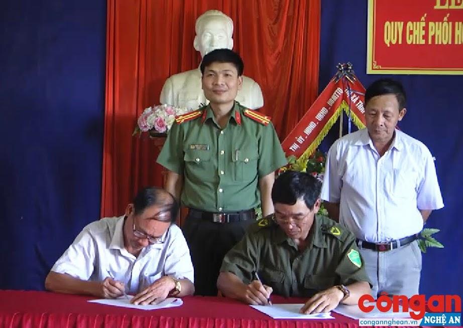 Đại diện Công an xã Nghĩa Thuận và Giáo họ Vĩnh Yên ký kết quy chế phối hợp đảm bảo ANTT trên địa bàn