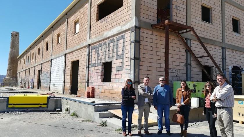 El delegado Miguel Angel Tortosa visitó la nave en obras junto a miembros de la SAT.