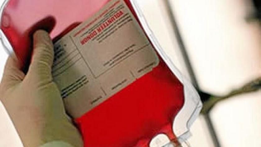 Una sanitaria manipula una bolsa de sangre procedente de una donación.