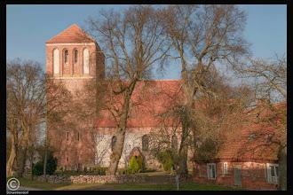 Photo: Die große Dorfkirche zu Schwinkendorf in Mecklenburg wurde im 13. Jahrhunderts errichtet. Der Westturm wurde 200 Jahre später im Jahre 1495 angefügt. #Dorfkirche #Mecklenburg-Vorpommern #Architektur #Kirche