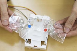 Photo: つぎに赤と青の印の付いた袋に入った電極を取り付けていきます。