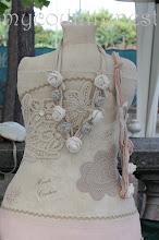 Photo: collane di fettuccia e rose di lino