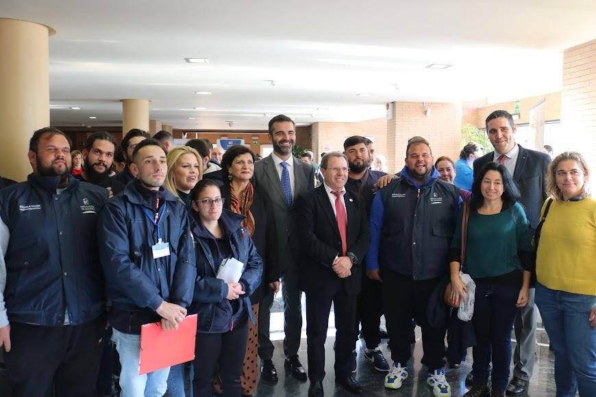 Representantes políticos con algunos de los participantes.