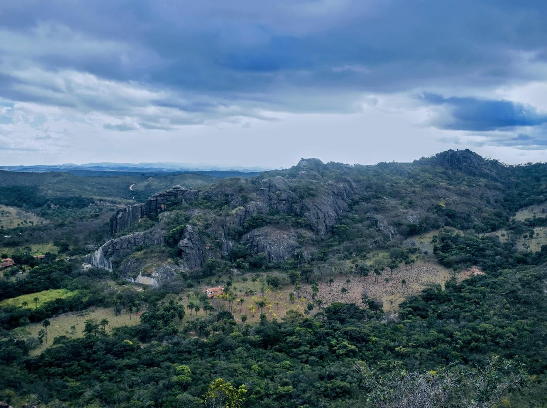 A Pedreira da Serra do Cipó vista da Trilha dos Escravos