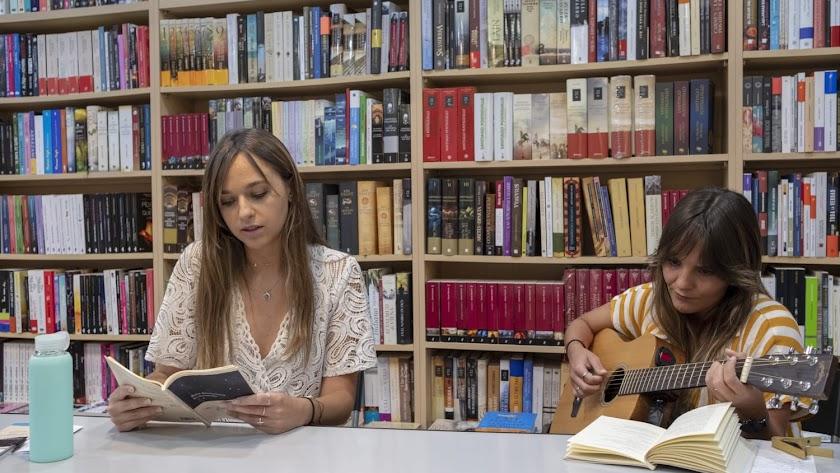 Irene Barrionuevo y la cantautora Ali González (Foto: Francisco Bonilla).