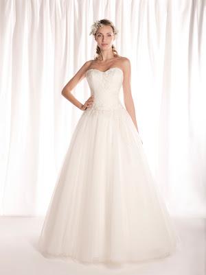 Robe de mariée princesse Féérique, bustier coeur drapé, en tulle et appliques de dentelle, laçage dans le dos, poétique et épurée